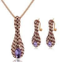 Deze elegante sieradenset is gemaakt met een veelheid van glinsterende SWAROVSKI kristallen. Een prachtige combinatie: ketting en oorbellen. Schitte