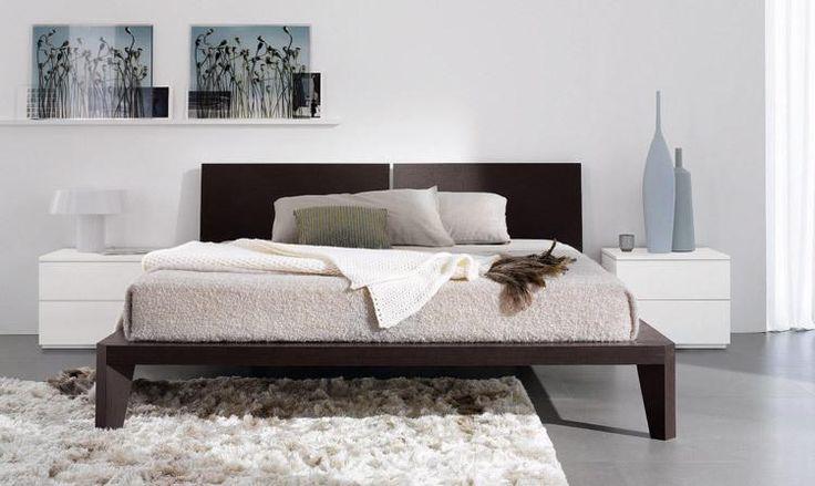 Camera da letto in rovere cotto con comodini bianchi