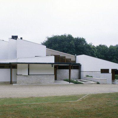 Façade nord de la maison Louis Carré, la maison présente une certaine austérité. Une esthétique propre à l'architecte Alvar Aalto, qui cherche à replier le bâtiment sur lui-même, pour mieux le déployer sur son versant opposé.