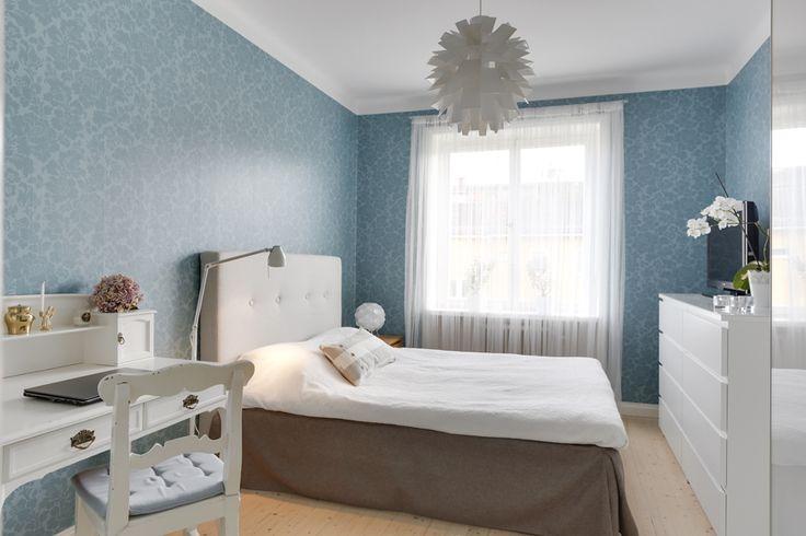 Vacker blå tapet i sovrum