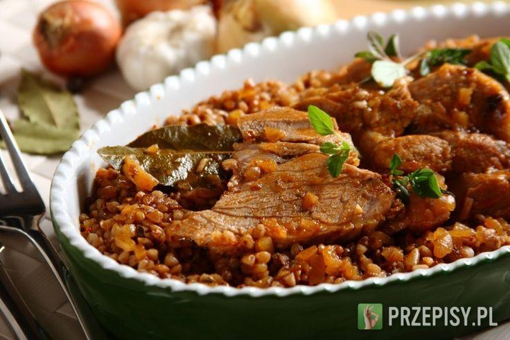 Karkówkę oprósz przyprawą do mięs Knorr, obsmaż z obu stron, umieść w garnku. Na patelni podsmaż koncentrat pomidorowy, dodaj łyżkę mąki.  Zupę cebulową rozmieszaj z 200 ml piwa i uzupełnij 100 ml wody. Wlej na patelnię z koncentratem i zagotuj. Tak przygotowanym sosem zalej mięso, całość duś pod przykryciem około 30 minut. Mięso dopraw do smaku odrobiną mielonego pieprzu, majerankiem, liściem laurowym i czosnkiem. Podawaj z kaszą lub ziemniakami.