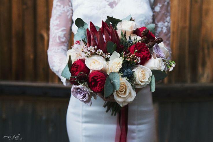 Букет невесты из бордовой протеи, белых хамелациумов, зеленого