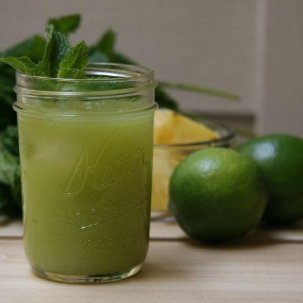 το δροσιστικο smoothie που ξεφουσκωνει!!Υλικά: 2 πράσινα μήλα 1/3 ενός ανανά Λίγα φύλλα μέντας