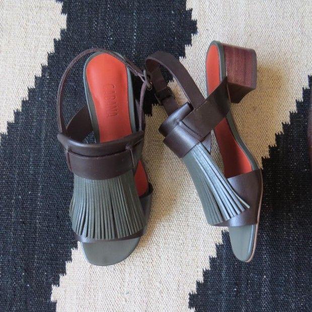 Sandália Franja – Cheia de estilo, esta sandália com franja e salto baixo com altura de 3,5 cm é feita em 100% de couro. Ela é super confortável, então você pode usá-la para trabalhar e ainda esticar para …