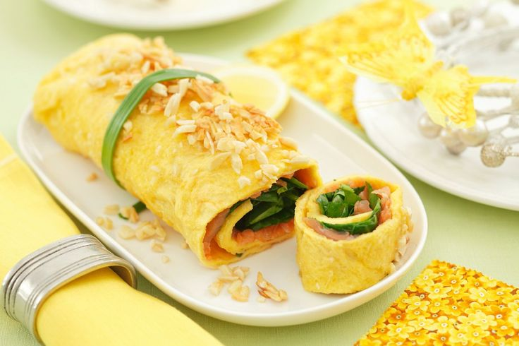 Omelettröllchen mit Räucherlachs und Spinat | http://eatsmarter.de/rezepte/omelettroellchen-mit-raeucherlachs-und-spinat