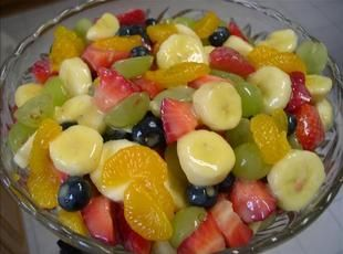 Fruit Salad to Die For! 1 can(s) pineapple chunks, in their own juice, do not drain  1 can(s) mandarin oranges, drained  1 bunch green grapes, halved  2 bananas  1 pkg strawberries, sliced however you want  1 box small box of vanilla instant pudding (jell-o brand only - others just don't taste right)  1 you can also add other fruits that you like to this as you please.