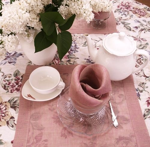 Serwetki lniane w kolorze beżowo-różowym uszyte z grubej siatki lnianej. Zawsze eleganckie, bardzo plastyczne.