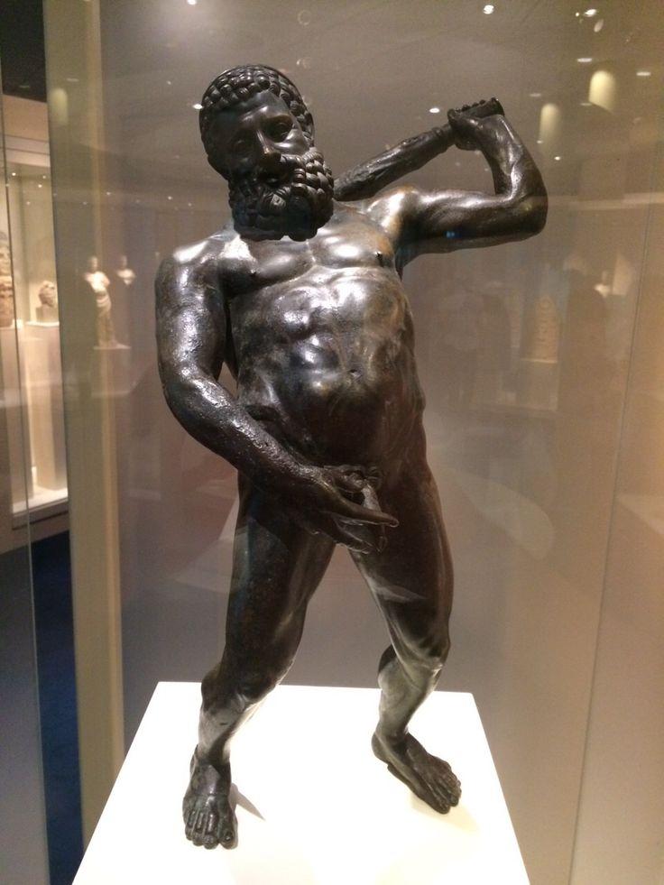 Dit is een beeld van Hercules, hij was één van de weinige halfgoden op aarde. Daarom moest hij zichzelf ook wel eens helemaal vol zuipen. Alleen alles wat er in gaat moet er ook weer uit, dus hier staat hij te pissen in een steegje.