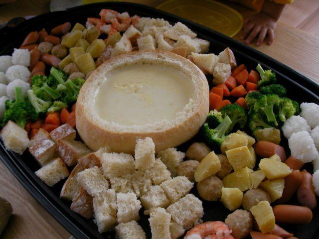 画像4 : チーズフォンデュというとフォンデュ鍋を用意して...と思っていましたが、実はホットプレートで簡単にできちゃうみたいですよ。皆さんのレシピをご紹介します。野菜もお肉もおいしく食べられる人気のチーズフォンデュはこれからの時期にぴったりですね!