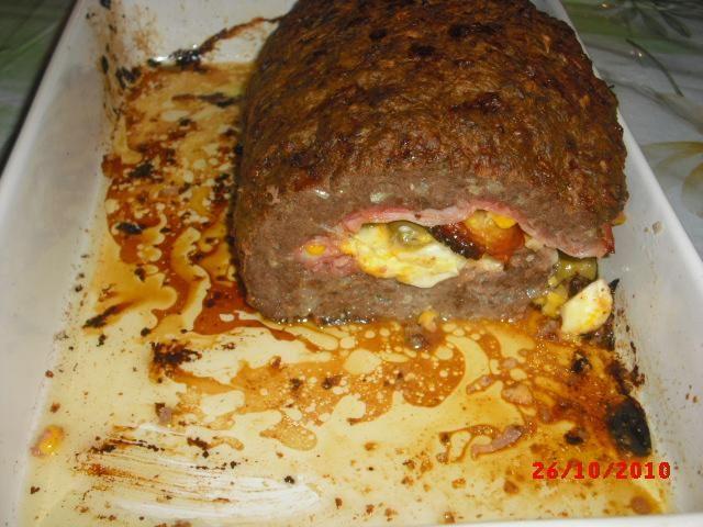 1/2 kg de carne moída  - 3 dentes de alho  - 1 cebola  - 2 ovos  - 50 g de queijo ralado  - 1/2 xícara (chá) de farinha de trigo  - Temperos a gosto  - Recheio:  - 100 g de presunto  - 100 g de mussarela  - 1 cenoura cortada em rodelas  - 2 ovos cozidos  - 1 cebola  - 1 xícara (chá) de azeitonas  - Temperos a gosto  -