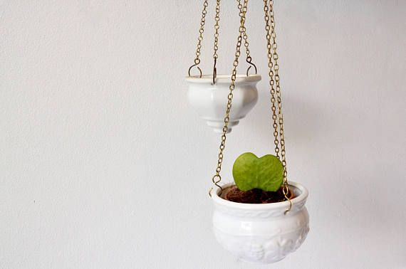 Twee Vintage hangende plantenbakken, witte keramische porselein mand met messing ketting koord, originele 60s 70s