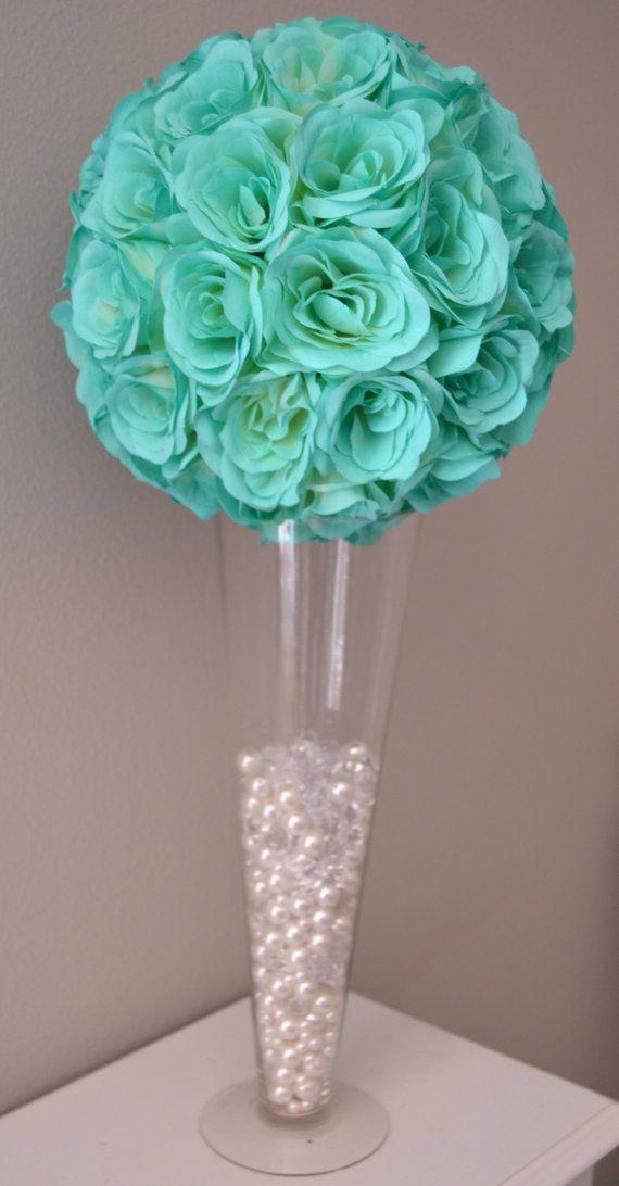 Pomander Aqua turquesa Robins huevo azul menta, hecho de rosas de seda suave premium. Estas rosas premium tienen una mirada nítida flor de corte fresca que mantenga el color con el tiempo. Usted se sorprenderá cómo bella e impresionante la rosas mirada en la luz del día o bajo la iluminación del lugar. Puede agregarse una cinta de color para que coincida con el tema de la boda si así lo solicita.  -Gran tamaño (10- 18) parezca increíble encima un florero cilindro, florero de la trompeta, o…
