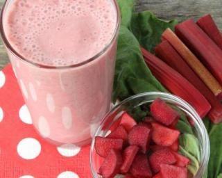Smoothie minceur fraise rhubarbe : http://www.fourchette-et-bikini.fr/recettes/recettes-minceur/smoothie-minceur-fraise-rhubarbe.html%20