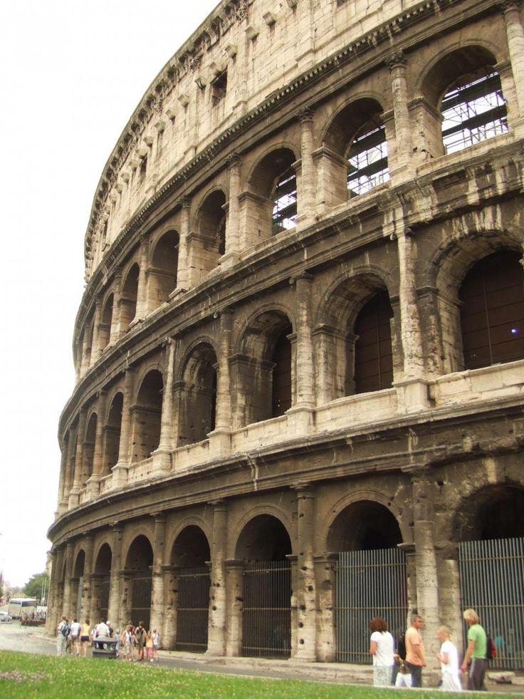 ローマ旅行記1日目前半① コロッセオ周辺 ローマ帝国時代の遺跡を歩く ... コロッセオに到着です。