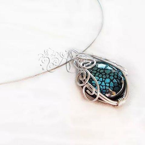 #ciondolo realizzato con #tecnica #wire e #cabochon in #resina #pendant #resin #alluminium #bijouxlovers #bijoux #jewelry #jewel #ambrosiascreation