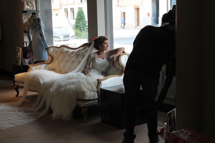 Sesión fotográfica post-boda de unas de nuestras novias en nuestra boutique L'ATELIER TUDELA. Boutique que se convierte en estudio.