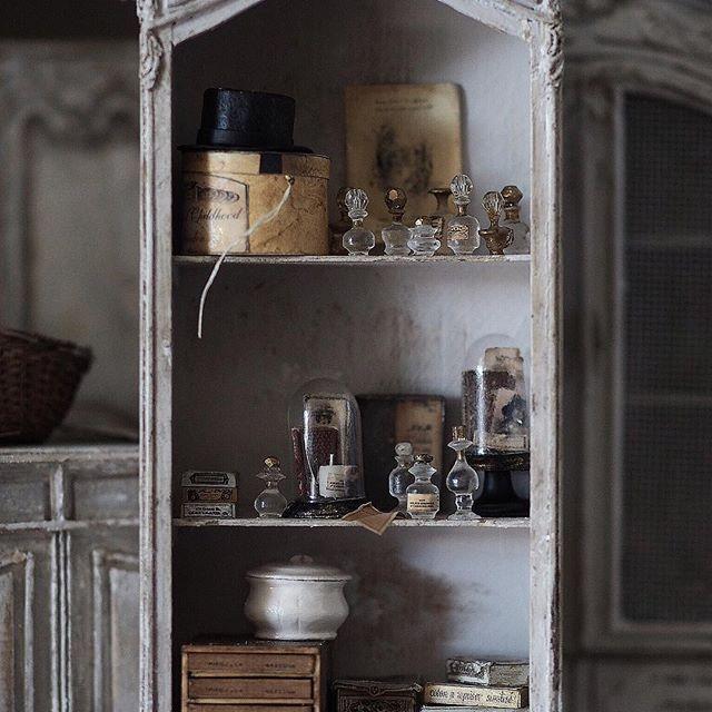 ❤︎ ・ original handmade miniature size 1/12 . 先日作ったガラスドーム、引き出し お菓子箱も一緒にディスプレイ してみました。 ・ 本日の朝時間終わり。 では良い休日を❤︎ ・ ・ ・ ・ ・ ・ ・ ・ #ミニチュア #ガラス瓶#miniature  #アンティーク風#ボトル #Sewing #bottle#ガラス瓶 #Antique#Sewingmachine#アンティーク瓶 #cute#コスメ#香水瓶#香水  #Perfume #Interior#フレンチインテリア#スタンド #箱物#Frenchdecor#帽子#ブリキ小物 #hat#light#miniatures#dollhouse #ディスプレイ#ガラスドームアレンジ