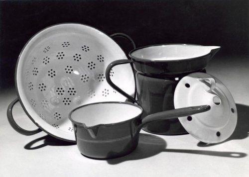 Serie emaillen keukengerei, te weten een vergiet, een steelpan en een melkkoker met deksel. 1950