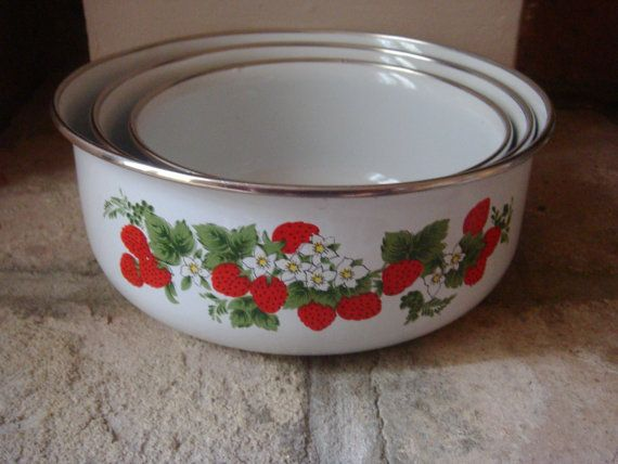 my strawberry kitchen - oh my goodness. These match the bowls my grandma gave me exactly!