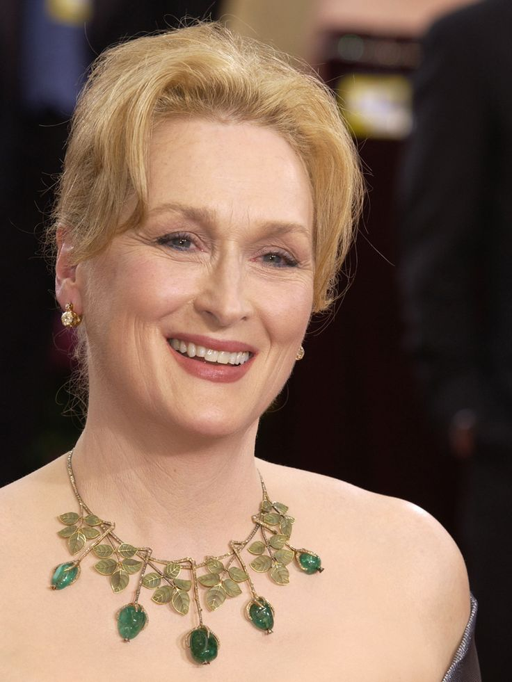 Oscars 2003 - Meryl Streep attends the 75th Annual Academy Awards wearing a unique Art Nouveau necklace with diamonds and emerald drops earrings, valued at about $150,000, from Fred Leighton.