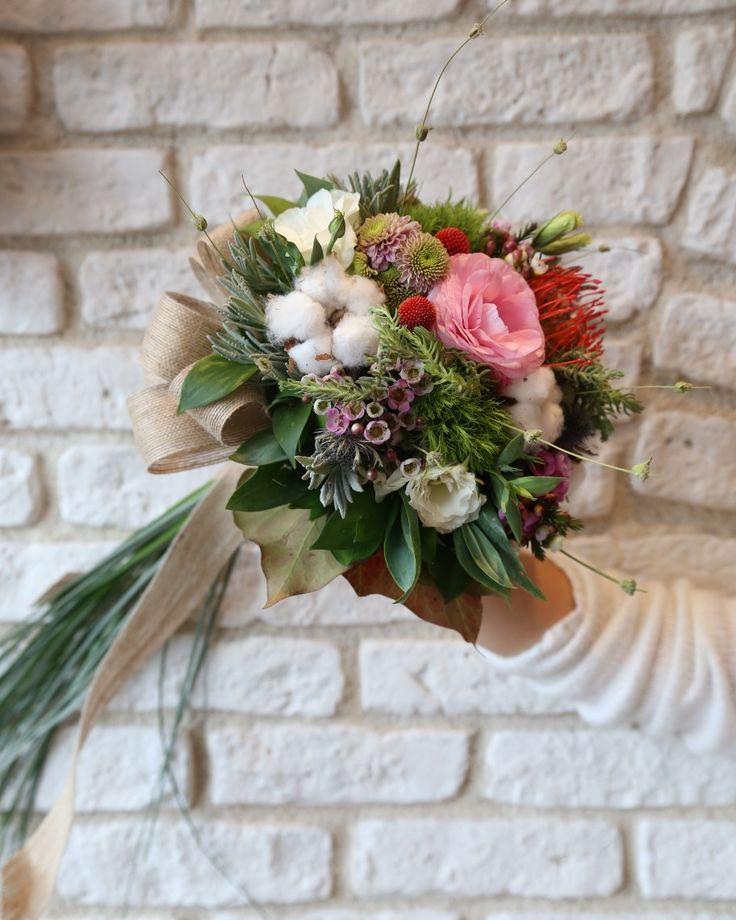 Gelin çiçeğinizin ve bu özel gününüzdeki çiçek düzenlemelerinin sizi yansıtan renk ve çiçeklerle hazırlanmış olmasını ister misiniz? Siparişleriniz, ücretsiz gelin buketi rehberliğimiz ve her türlü bilgi için 0216 445 4652 ve daha fazlası için gelinakademi.com #gelinbuketi #gelinakademi #gelinçiçeği #enmutlugün #gelinbuketi #nisantepsisi #soztepsisi #cicek #dugun #buket #gelincicegi #gelin #nişan #dugunfotografcisi #dugunfotografcisiistanbul