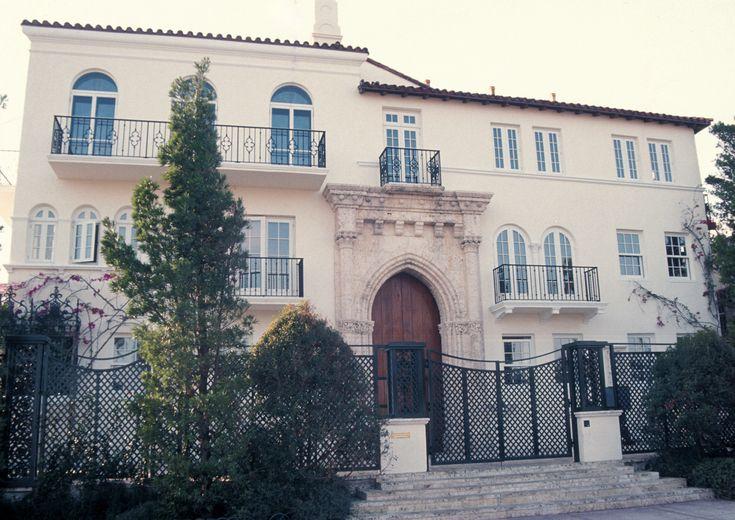 La exhuberante residencia de Gianni Versace Gianni Versace, Versace Miami, Casa Casuarina, Estilo Art Deco, Patio, Villa, Exterior, House Styles, Lush Garden