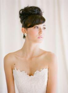 Muitas noivas não se identificam com penteados para casamentos, mas também não querem casar com o cabelo solto porque acham despojado demais. O coque alto pode ser o que você procura, um pouco mais…