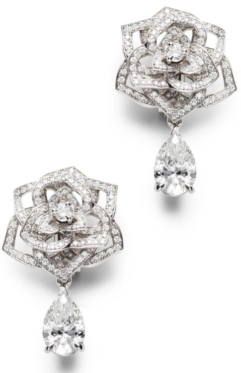 Piaget Rose - Limelight Garden Party earrings in 18K white gold set with 304 brilliant-cut diamonds (approx. 1.44 cts) and 2 pear-cut diamonds (approx. 3.07 cts).