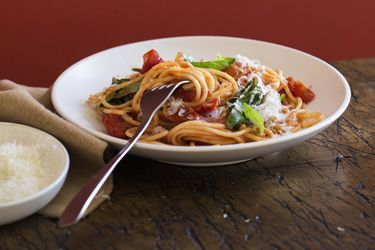 Spaghetti with peppers, basil and cherry tomatoes