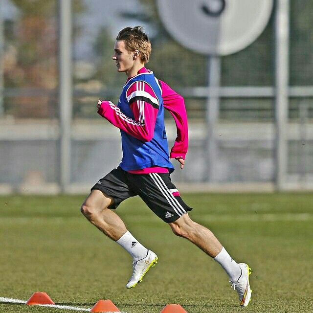 Martin Odegaard completed today his first training session as a Whites player / Martin #Odegaard completó hoy su primer entrenamiento como futbolista del Real Madrid #RealMadridvsRSO #HalaMadrid #RealMadrid #Training #Entrenamiento