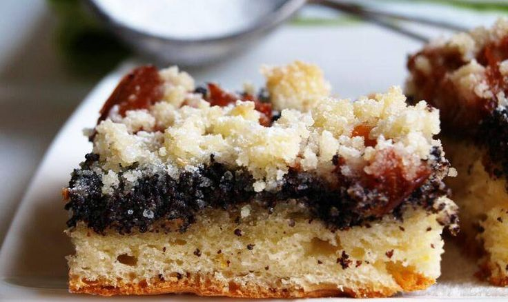 Kynutý koláč s mákem, švestkami a drobenkou