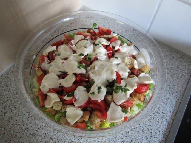Das perfekte Roma-Schichtsalat-Rezept mit Bild und einfacher Schritt-für-Schritt-Anleitung: Das Brot und Würfel schneiden. Den Knoblauch schälen und…