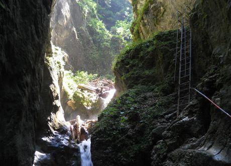 Canionul Şapte Scări – un loc unic în România | Canionul Şapte Scări este un defileu săpat în calcare jurasice din partea vestică a munţilor Piatra Mare, în judeţul Braşov, România.