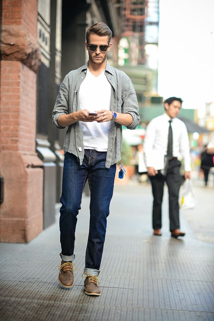 Combinație smart casual de efect: jeans indigo, tricou simplu și cămașă casual.