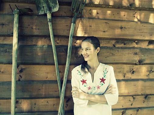 sukienku si hore vykasala, biele nôžky ukázala
