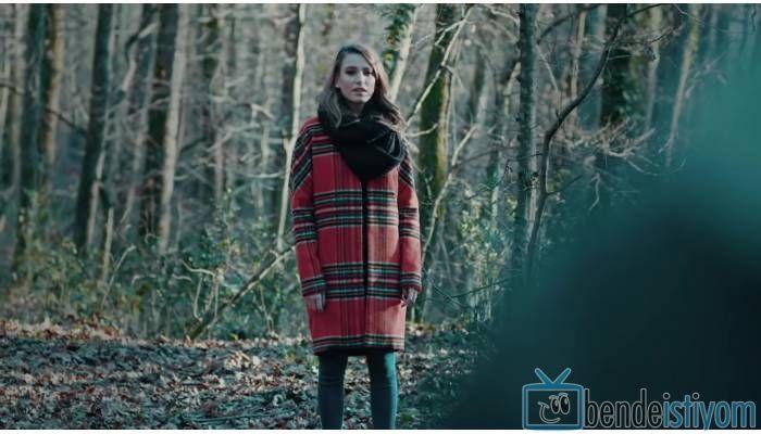 Star TV yayınlanan Medcezir dizisinde  Mira Beylice  karakterini canlandıran Serenay Sarikaya'nın, 54. bölümünde giydiği Turuncu Ekose Kabanı