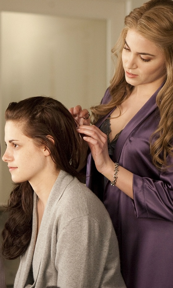 Twilight: Breaking Dawn – Part 1 - Bella Swan  Rosalie Hale (Kristen Stewart and Nikki Reed)
