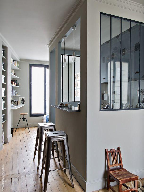 В центре жилого пространства выстроен куб— блок, скрывающий кухню. Проемы вего стенах обеспечивают доступ дневного света. Один из них— барная стойка, возле нее барные стулья, Tolix. На дальнем плане — рабочее место испальная зона.