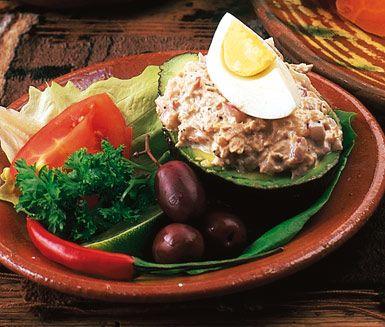 Palta rellena är avokadohalvor som fyllts med en röra av rödlök, tonfisk, gräddfil, majonnäs och tomater. Den fyllda avokadon garneras med svarta oliver, ägg och persilja.