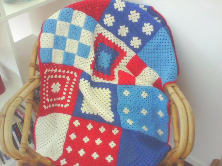 gehaakt patchwork, rood wit blauwe deken