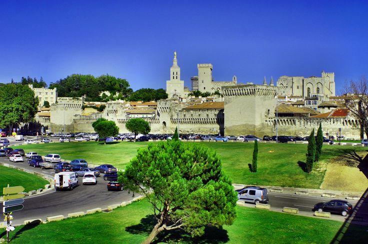 Stolica Prowansji - Awinion (Avignon) to miejsce pełne zabytków i historii z piękną panoramą na pałac i śródmieście.