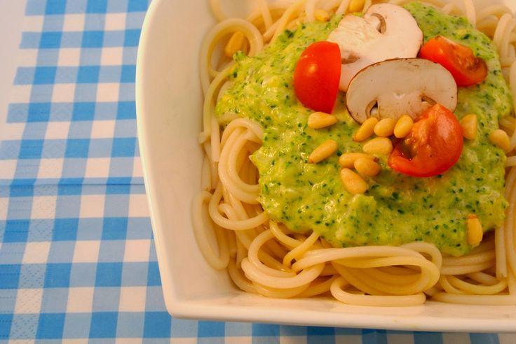 Een zeer eenvoudig (vegetarisch) pasta gerecht. Het is snel klaar, maar het smaakt er zeker niet minder om! We hebben er geen vlees in gedaan, dus het is ook voor vegetariërs lekker als snel gerechtje. Niet vegetarisch? dan kun je ook lekker een gebakken spekje erdoorheen doen. Tijd: 20 min. Recept voor 2 personen Benodigdheden: …