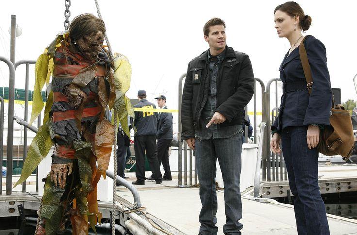 Bones Season 2 - Bodies in the Book   Emily Deschanel as Dr. Temperance Brennan David Boreanaz as Special Agent Seeley Booth  ©2007 Fox Broadcasting Co. Cr: Isabella Vosmikova/FOX