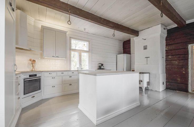 Hirsitalo on kauttaaltaan remontoitu vanhaa kunnioittaen ja pintamateriaalit on valittu huolella. Uudistetussa keittiössä on puusepän valmistamat kalusteet ja kaunista tiililadottua laattaa välitilassa. Vanha hirsiseinä, pieni puuliesi, kattoparrut ja lautalattiat on säilytetty.