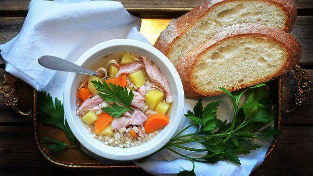 Tato polévka se po silvestrovských oslavách velmi osvědčila. Stačí využít vývar z přípravy uzeného, k tomu několik krup, které doma najde každý, kdo vařil kubu, a skvělý vyprošťovák je na světě. A ten se hodí nejen na Nový rok :)
