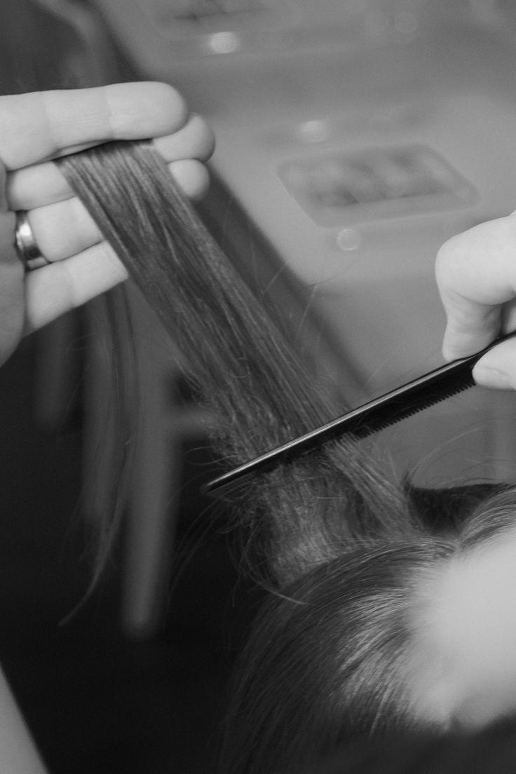 stap 2 neem een lok en duw van punt naar wortel het haar naar beneden