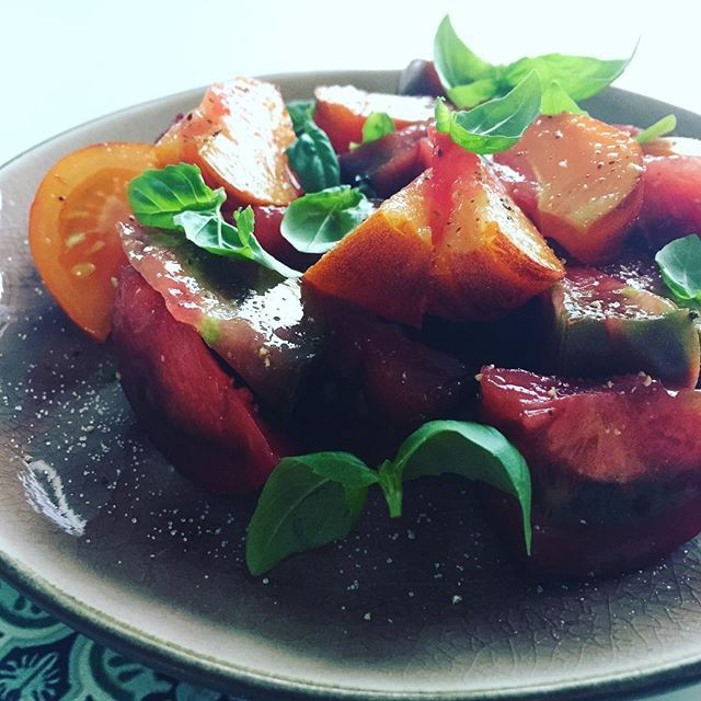 Tomaatjes, peper, zout en basilicum ❤️. #moestuin #moestuintje #moestuinieren #pomodori #tomaat #tomaten #tomatoes #heirloom #salad #food #foodie #homegrown #growyourown #growyourownfood #growfood #foodstagram #foodporn #blogger #allotment #potager #kitchengarden #recipe #vegetables #fruit #epicgarden #growsomethinggreen #ediblegarden