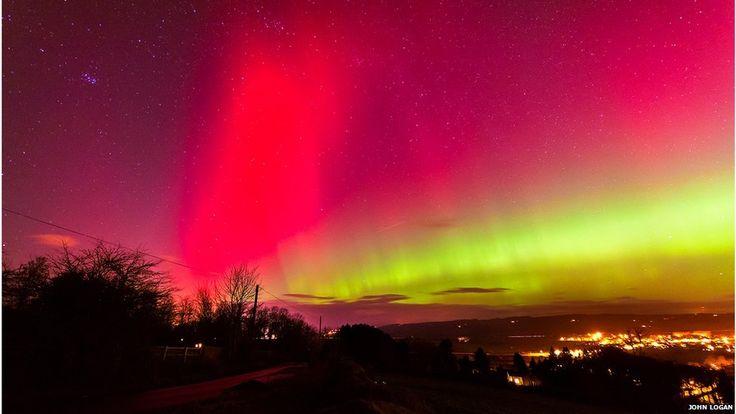 """La aurora boreal con un tono rosado y naranja sobre el cielo británico. Jonh Logan.  Thompson afirmó que la aurora, que también se vio en la ciudad de Corbridge, en Umbría del Norte (Inglaterra), ocurren cuando el viento solar o partículas con carga eléctrica son expulsados por el Sol. """"Tardan dos o tres días en alcanzar la Tierra y cuando llegan a la atmósfera hacen que los átomos de gas en el cielo se iluminen"""", explicó el presentador de la BBC."""