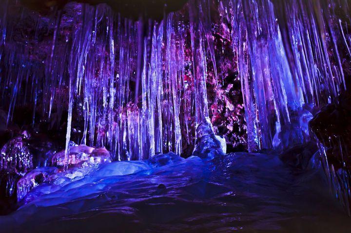 夏でも溶けない!日本でも見られる氷の絶景「鳴沢氷穴」って知ってる?