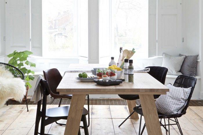 Grote massief eiken eettafel met zwarte stoelen - bekijk en koop de producten van dit beeld op shopinstijl.nl